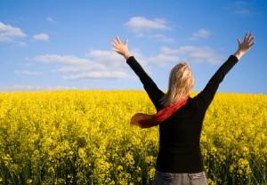 mujer-feliz-brazos-abiertos-campo-de-flores-felciidad-vida-frases